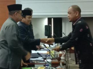 Juru Bicara Komisi II DPRD Sumbar Nurkolis Dt Rajo Dirajo menyerahkan penjelasan oleh Pengusul kepada Pimpinan Rapat