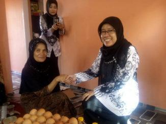Kepala MTsN I Bukittinggi Dra Hj.Eva Anggraini M.Si menyerahkan bantuan kepada keluarga Laila guru MTsN I Bukittinggi yang ditimpa musibah.