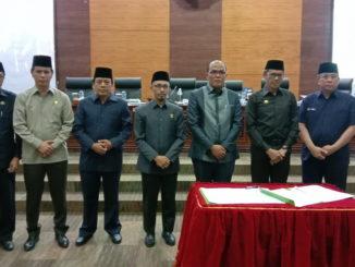 Ketua DPRD Sumbar dan Wakil Ketua DPRD foto bersama dengan Gubernur Sumbar Irwan Prayitno usai penandatanganan kesepakatan