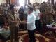 Ketua Umun PKPS Alirman Sori menyerahkan bantuan buat korban kerusuhan Wamena kepada Bupati Pessel, Hendrajoni.