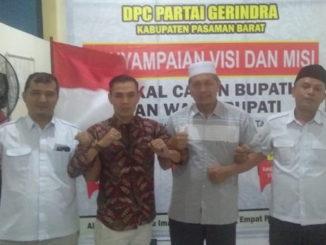 Marta Gunawan saat mendaftar di DPC Partai Gerindra Pasbar.