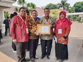 Nasrul Abit bersama penerima Paramakarya Tahun 2019