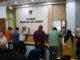 Pedagang Pasar Aur Kuning saat membayar retribusi