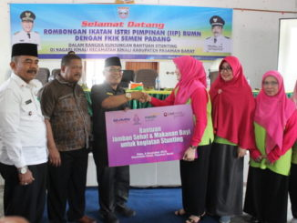 Penyerahan bantuan IIP Sumbar ke Pemkab Pasbar.