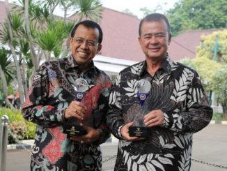 Prof Ganefri bersama Wagub Nasrul abit dengan tropi dan penghargaan KI Pusat.