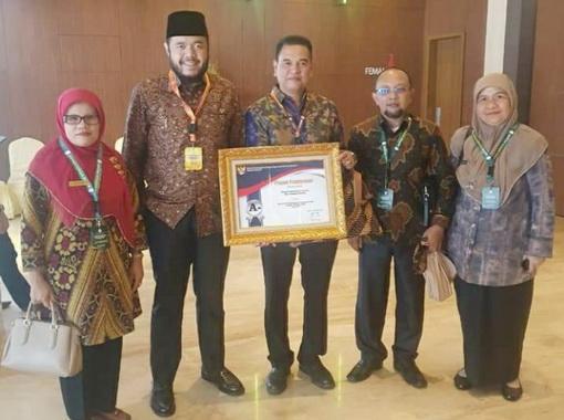 Walikota Fadly Amran didampingi beberapa kepala OPD terima tiga penghargaan nasional tahun 2019 di bidang layanan publik.