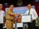 Rektor UNP Prof. Ganefri saat menerima piagam penghargaan.