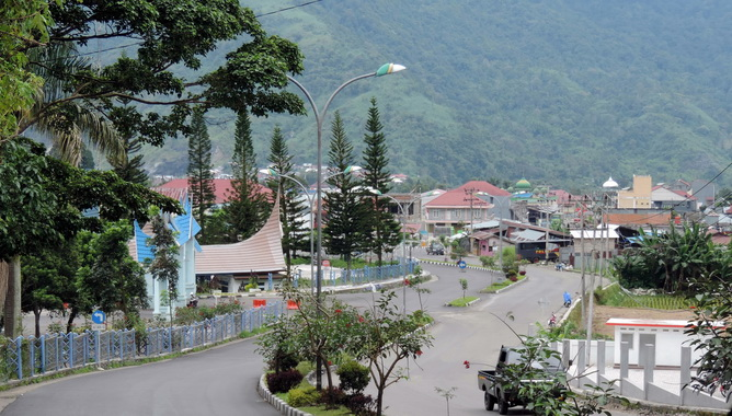 Sesudut wajah kota Padang Panjang degan latar Bukit Tui.