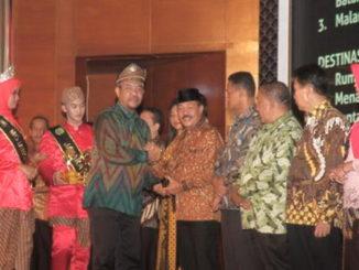 Wabup Zuldafri Darma menerima penghargaan dari Staf Ahli Menteri Parawisata Bidang Multikultural Guntur Sakti.