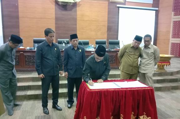 Wakil Ketua DPRD Sumbar Irsyad Safar saat menandatangani nota Kesepakatan dua Ranperda