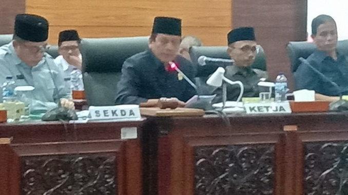 Wakil Ketua DPRD Sumbar Suwirpen Suib saat memimpin rapat paripurna.