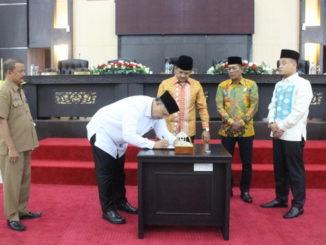 Wako Zul Elfian menandatangani naskah Perda APBD Kota Solok Tahun 2020.