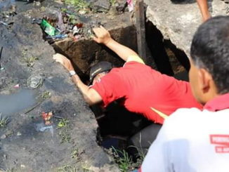Wawako Reinier saat memeriksa drainase.