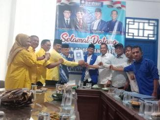 Yutris Can dan Irman Yefri Adang saat mengembalikan formulir ke DPD PAN Kota Solok.