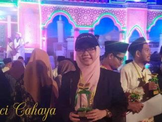 Aci Cahaya setelah menerima piala di malam penutupan MTQ Riau ke-38 Kampar 2019.