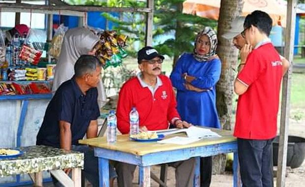Bupati Hendrajoni berdialog dengan PKL di Pulau Cingkuak.