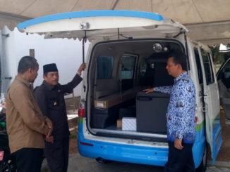 Bupati Sijunjung, Yuswir Arifin melihat fasilitas yang ada di mobil Molin yang diterima dari Kementrian PP dan PA.