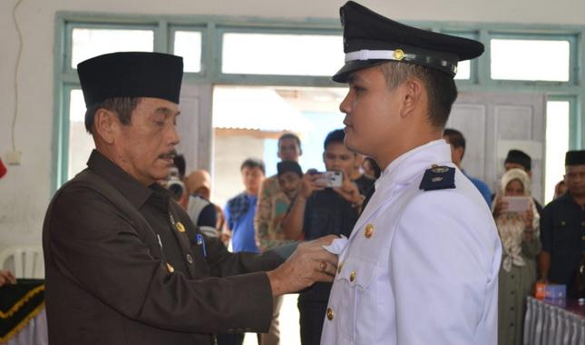 Bupati Sijunjung Yuswir Arifin menyematkan tanda jabatan pada Darul Fauzi sebagai Walinagari. Manganti