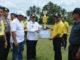 Bupati Sijunjung, Yuswir Arifin menyerahkan hadiah juara I BBGRM pada Nagari Kamang.