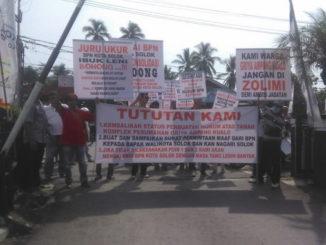 Demo ratusan penghuni Perumnas Griya Ampang Kualo Kec. Tanjung Harapan, Kel. Nan Balimo Kota Solok.