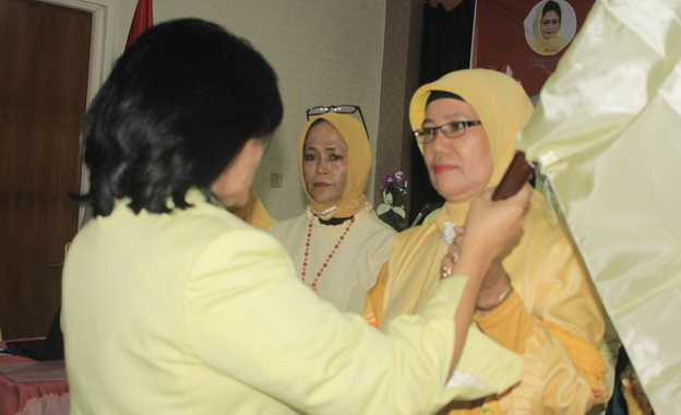 Dra. Zusneli Zubir, M.Hum, Ketua DPD HWK Sumbar terpilih, saat menerima bendera petaka HWK dari Ir. Dany Soedarsono, Ketua Umum DPP HWK. (Dok. Istimewa)