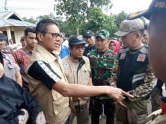 Gubernur Sumbar Irwan Prayitno saat mengunjungi korban banjir bandang Padang Alai Jorong Petok Kenagarian Panti Selatan