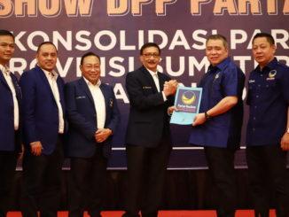 Hendrajoni menerima surat penunjukannya sebagai Plt Ketua NasDem Sumbar.