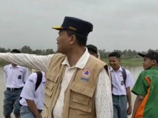 Irfendi Arbi pada salah satu simulasi di daerah rawan bencana.