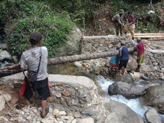 Jembatan yang dibangun dengan swadaya masyarakat di Duku.