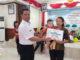 Kadis Kesehatan Lahmuddin Siregar menyerahkan hadiah kepada juara 1 Lomba Balita Sehat