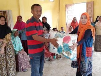 Ketua DW BLK Padang Neneng menyerahkan secara simbolis bedcover kepada Marjan Wali nagari Sungai Nyalo Mudiak Aie, Mandeh.