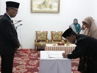 M.Naszir,S.Pt Direktur PDAM Tirta Alami menandatangani berita acara disaksikan oleh Bupati Irdinansyah Tarmizi.