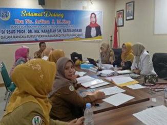 Ns.Arlina J.M.Kep sedang memeriksa SOP RSUD Prof,DR,MA,Hanafiah Batusangkar.