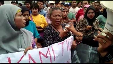 Pedagang Kaki Lima Gelar Aksi Di DPRD Padang