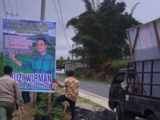 Pemasangan salah satu baliho Fauzi Wirman yang kini mulai masuk bursa calon wakil bupati Solok.