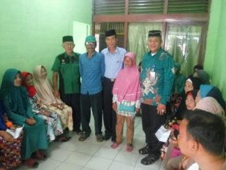 Pengurus Baznas Sijunjung foto bersama dengan penerima bantuan.
