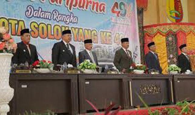Pimpinan Kota Solok saat sidang paripurna.
