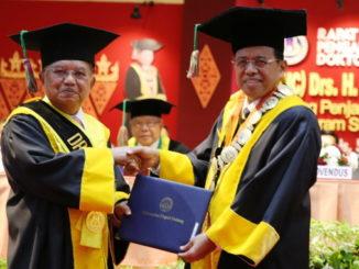 Rektor UNP Prof Ganefri menyerahkan sertifikat HC kepada Jusuf Kalla.