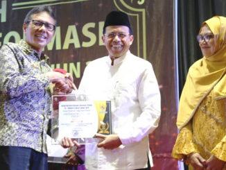 Rektor Universitas Negeri Padang (UNP) Prof Ganefri, PhD saat menerima penghargaan Achievement Motivation Person