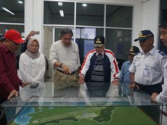 Ridwan Djamaluddin dan Nasrul Abit saat melihat maket pembangunan Bandara Rokot.