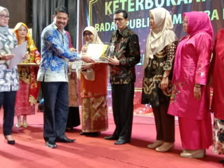 Sekretaris DPRD Sumbar Raflis SH MM saat menerima penghargaan sebagai OPD teknis terbaik