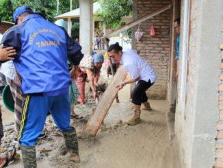 Wabup Pasaman H Atos Pratama membersihkan lumpur sisa banjir bandang di Padang Alai.