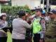 Waka Polres Tanah Datar Kompol Arifin Daulay menyematkan tanda personil operasi Lilin tahun 2019.