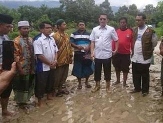 Wakil Bupati Pasaman H Atos Pratama saat melihat situasi terkini setelah banjir bandang melanda Padang Alai jorong Petok. Nagari Panti Selatan