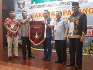 Wakil Walikota Padang Hendri Septa menyerahkan Petaka Bako IKK Padang kepada ketua umum terpilih Afrizel Azis.