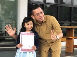 Wakil bupati Pasaman H Atos Pratama memberikan apresiasi terhadap anak didik Pasaman prestasi dalam lomba fashion show cilik se Indonesia