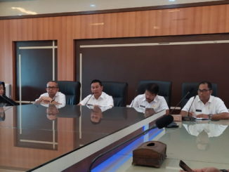 Wako Bukittinggi Ramlan Nurmatias didampingi Kadis Pariwisata dan Kabag Humas saat memberikan keterangan kepada wartawan.