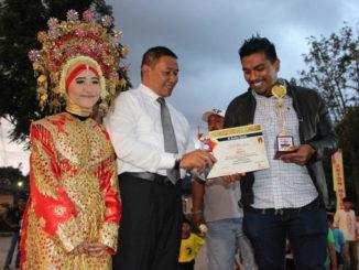 Wako Ramlan Nurmatias menyerahkan hadiah kepada juara.