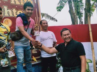 Wako Ramlan menyerahkan tropy kepada pemenang kontes.