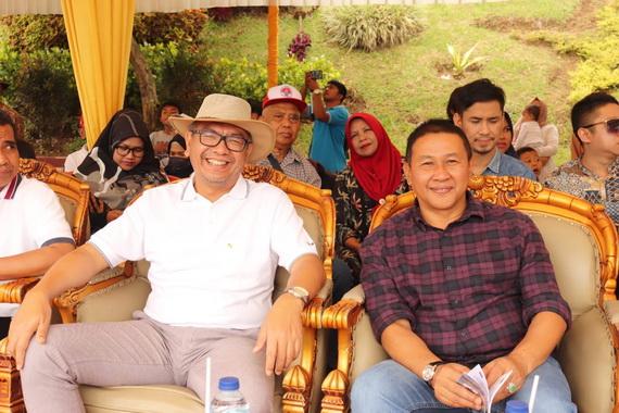 Wako Riza Falepi bersama WakoRamlan Nurmatias saat ninton Pacu Kuda di Bukit Ambacang.